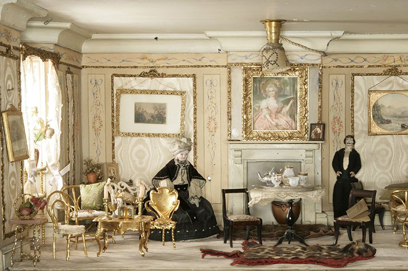 The drawing room of a doll house by Amy Miles from 1890 © Victoria & Albert Museum