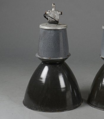 Longue Lampe à Suspension Industrielle Noire et Grise, 1960s en ...