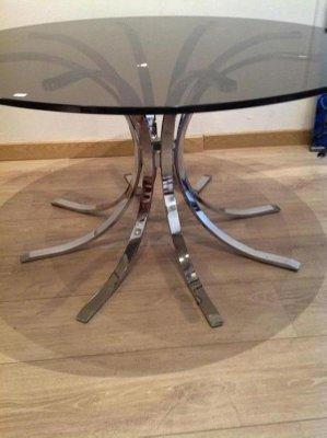 Tavolino rotondo grigio in vetro fumé e acciaio cromato con base a forma di  fascio di grano, anni \'60