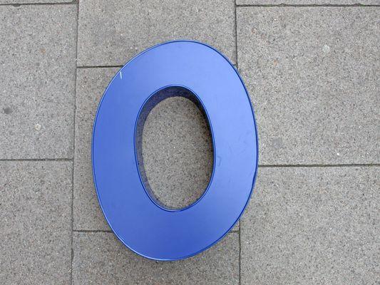 Néon Lumineux Lettre O Bleu en Aluminium en vente sur Pamono
