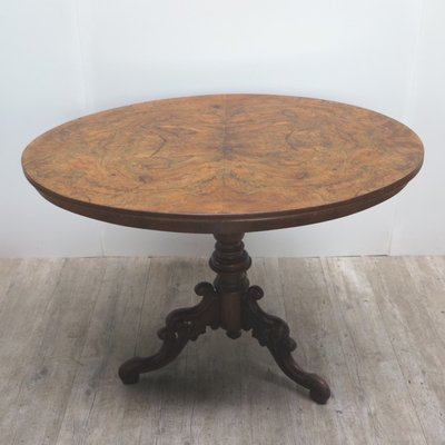 Geschnitzter Antiker Tisch Mit Wurzelholz Furnier 1800er Bei Pamono