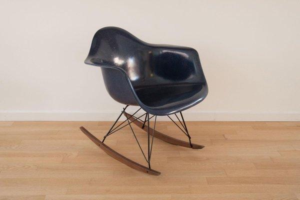 Sedia a dondolo a conchiglia vintage di charles ray eames per