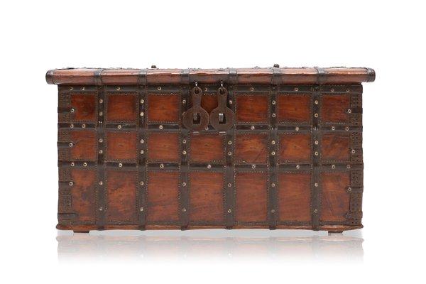 antike spanische holz metall truhe bei pamono kaufen
