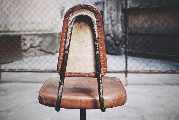 chaise industrielle pivotante américaine en cuir, 1930s en vente sur