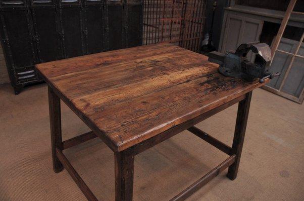 Tavolo Da Disegno Artistico : Tavolo industriale in legno di abete con morsa anni 30 in vendita