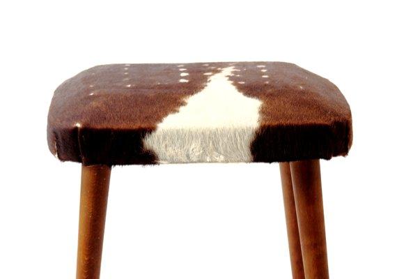 Sgabello mid century di pelle di mucca in vendita su pamono