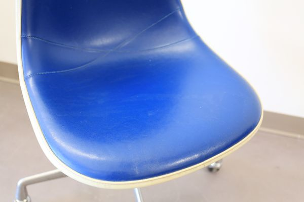 Sedie vintage a conchiglia in vinile blu di charles ray eames