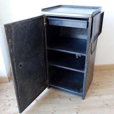 Armoire Dusine Vintage Industrielle En Métal Avec étagère Latérale