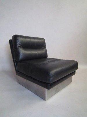 Divano vintage di pelle con coppia di sedie di Jacques Charpentier ...