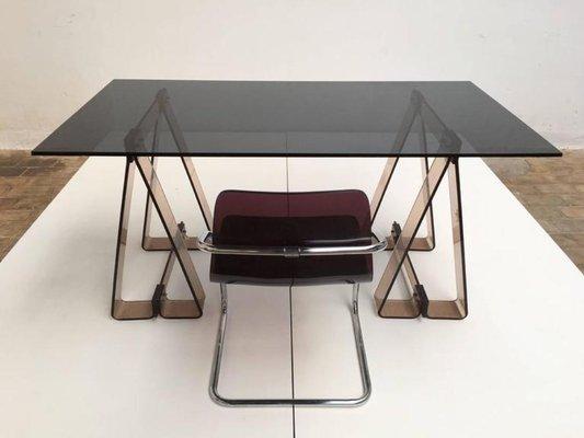 Tavolo su cavalletti in acrilico fumé e vetro con sedia in lucite e cromo  tubolare, anni \'70