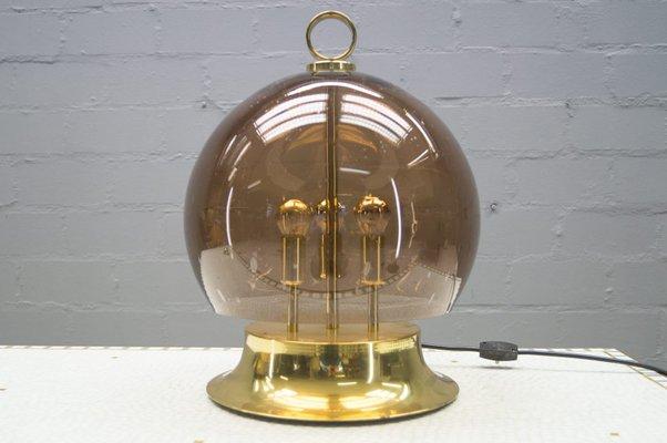 Lampada da tavolo dorata con sfera in vetro soffiato anni in