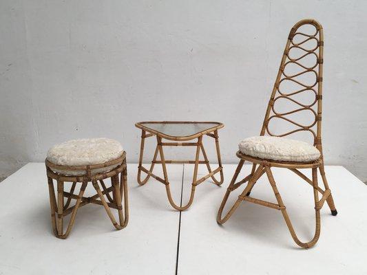 Sedia con schienale alto sgabello e tavolino in vimini con cuscini