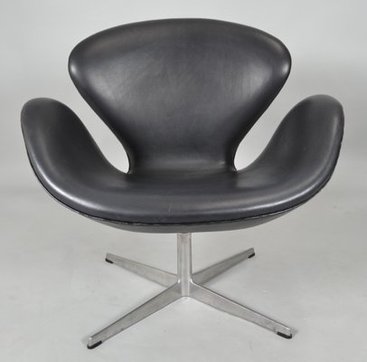 mid century black leather swan chair by arne jacobsen for fritz