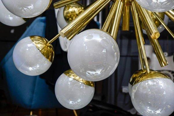 Lampadario sputnik in ottone con sfere in vetro di murano