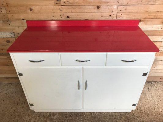 Mobile da cucina con ripiano in melamina rossa, anni \'50