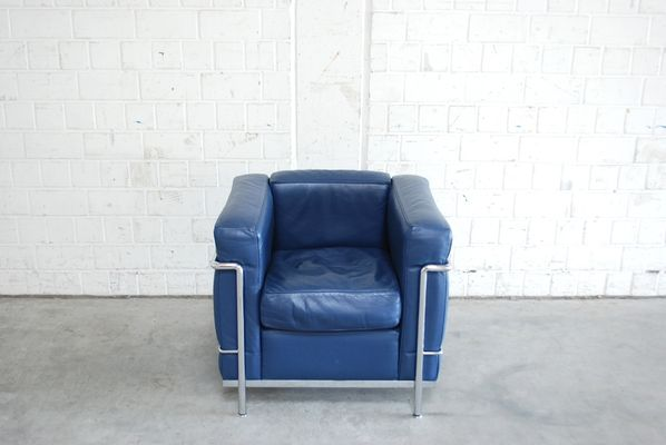 https://cdn20.pamono.com/p/g/2/0/208075_e36ybinon3/vintage-blue-model-lc2-leather-chair-by-le-corbusier-for-cassina-2.jpg