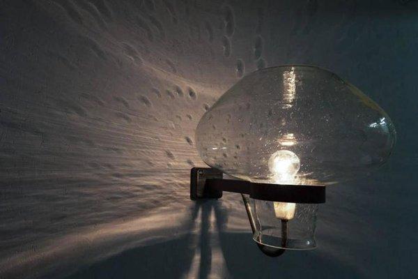 Lampada da parete in ferro battuto con piatto bicolore
