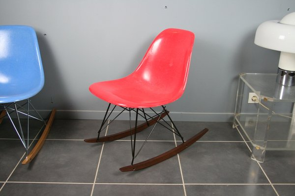 Sedia a dondolo rossa di charles & ray eames per herman miller in