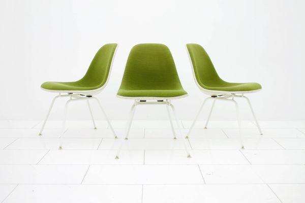 Sedia vintage verde di charles ray eames per vitra anni in