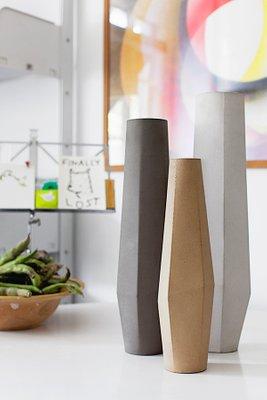 https://cdn20.pamono.com/p/g/2/5/253371_yvcht8fgj9/vasi-marchigue-in-cemento-bianco-grigio-e-beige-di-stefano-pugliese-per-crea-concrete-design-2013-set-di-3-immagine-4.jpg