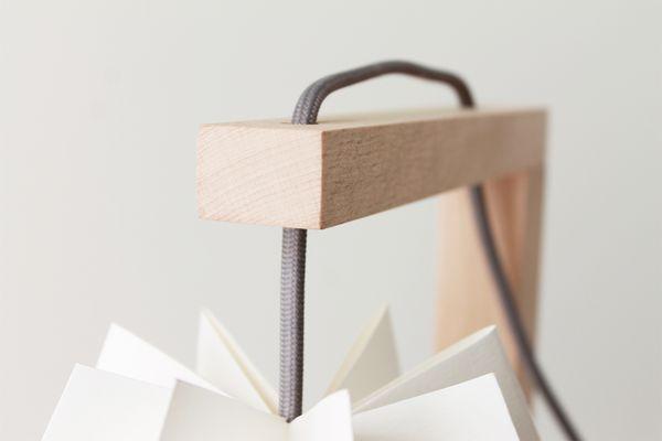 Table de bureau blanc polaire avec une bande gris alpin par