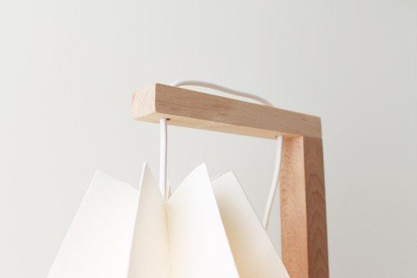 Table de bureau blanc polaire avec une bande jaune pâle par orikomi