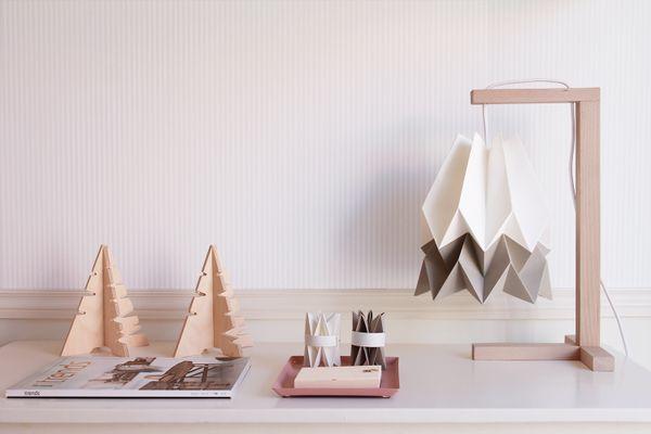Table de bureau blanc polaire avec une bande taupe clair par