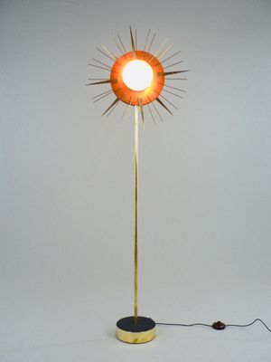 Lampada da terra in legno ed ottone, anni \'50 in vendita su Pamono