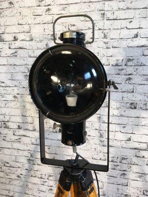 Schwarz emaillierte industrielle vintage Lampe auf hölzernem Dreibein Fuß von Napako