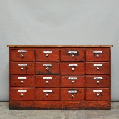 Mueble de farmacia de pino pintado con 16 cajones, década de 1900