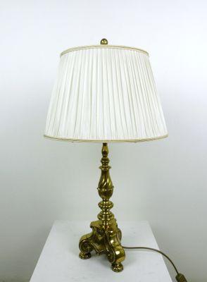 Lampada Da Tavolo Con Base Decorativa In Ottone Anni 50 In Vendita