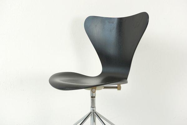 Chaise de bureau noire par arne jacobsen pour fritz hansen