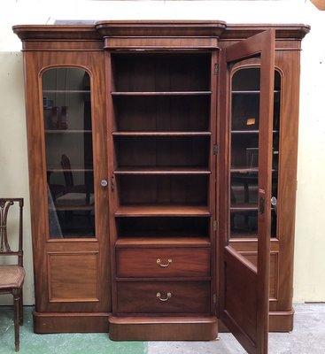 Charmant Victorian Mahogany Cabinet