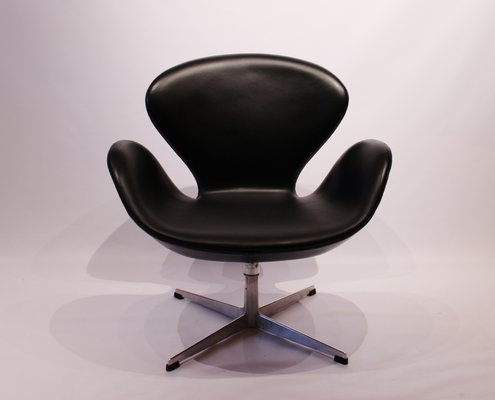 3320 swan chair by arne jacobsen for fritz hansen 1950s for sale at