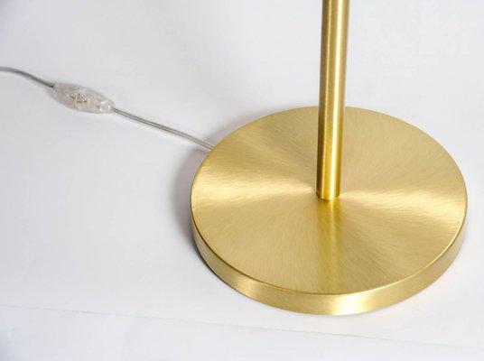Lampe de bureau satin en laiton avec globe en verre blanc rond de