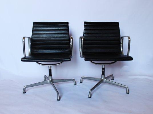 Sedie da ufficio ea107 in alluminio di charles & ray eames per vitra