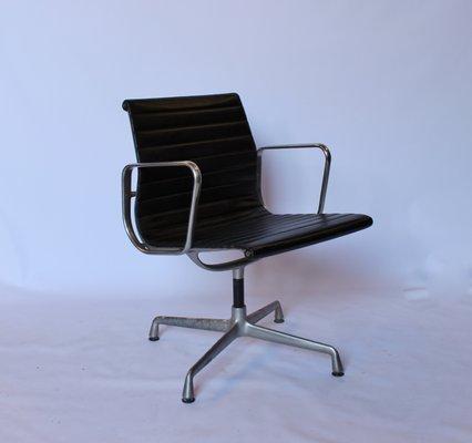 Poltrona Ufficio Eames.Sedie Da Ufficio Ea107 In Alluminio Di Charles Ray Eames Per Vitra Anni 70 Set Di 2