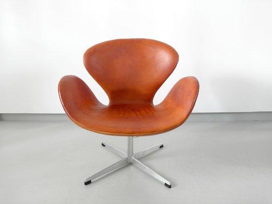 Cognacfarbener Leder Swan Chair Von Arne Jacobsen 1964 Bei Pamono