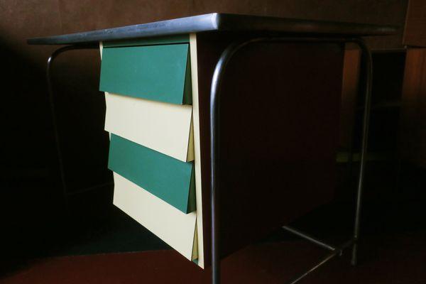Scrivania colorata in acciaio tubolare e legno di formica italia