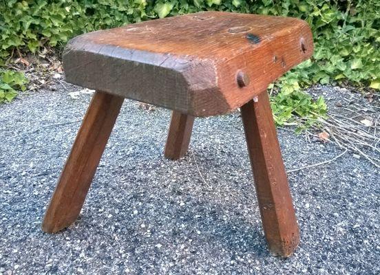 Sgabello brutalista tripode in legno massiccio anni in