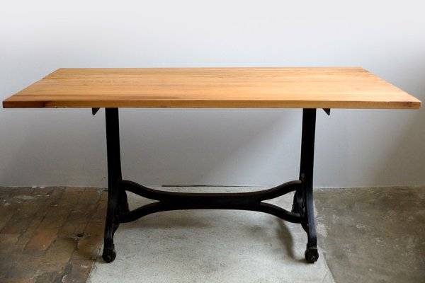 Mesa de comedor industrial con tablero de cerezo, años 30 en venta ...