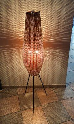Lámpara Mid Century con pantalla de mimbre pie de L5jRA4
