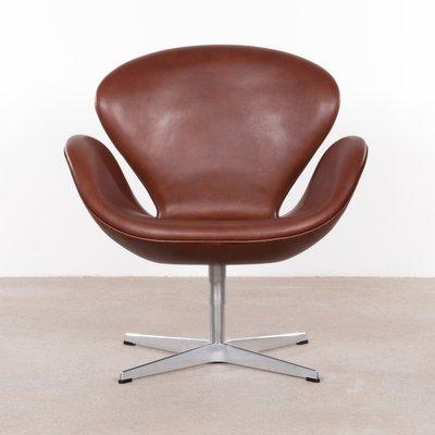 Vintage 3320 Swan Chair Aus Braunem Leder Von Arne Jacobsen Für