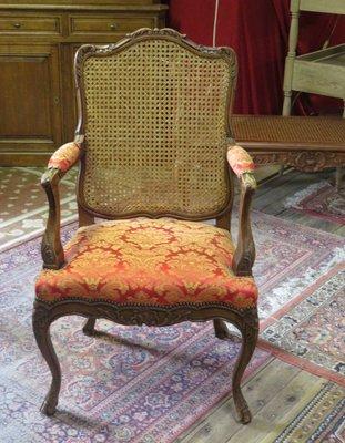 Poltrona antica in stile Luigi XV in legno di noce intagliato e ...