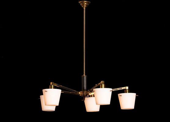 Kronleuchter Mit Lampenschirm ~ Kronleuchter aus messing mit lampenschirmen aus milchglas von