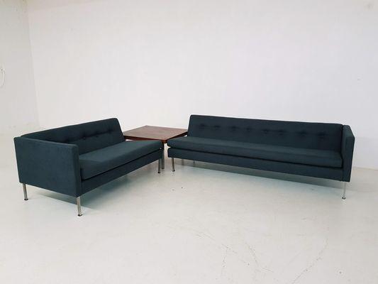 Dos Sofas En Verde Oscuro Y Mesa De Centro De Artifort Anos 60 En