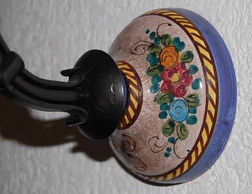 Applique vintage veneziana in ferro ceramica e vetro in vendita su
