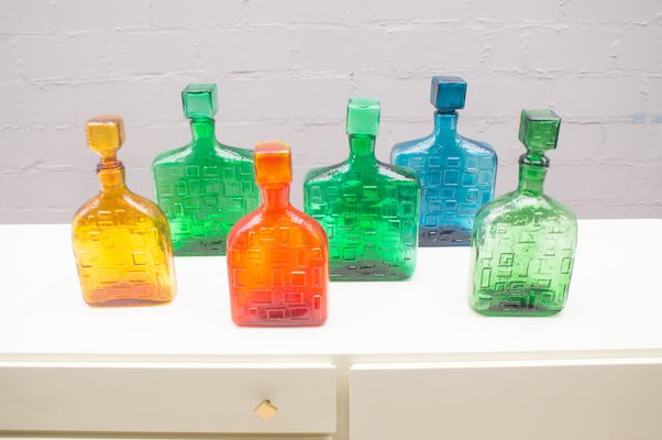 Bottiglie colorate in vetro con motivi geometrici italia anni