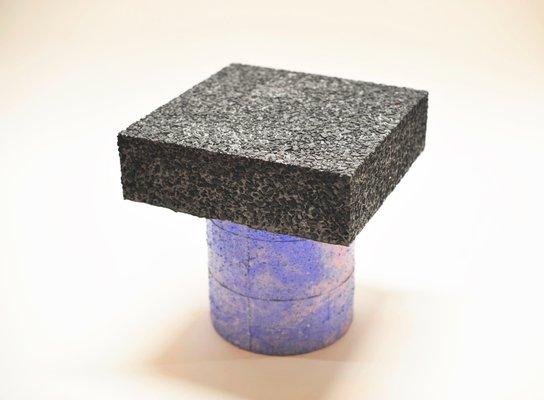 Sgabello concretely happy nero blu e rosa di jonatan nilsson