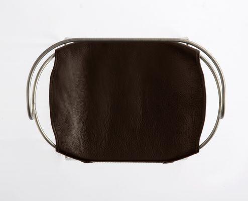 Sgabello hug in acciaio color argento e pelle marrone scura di jover